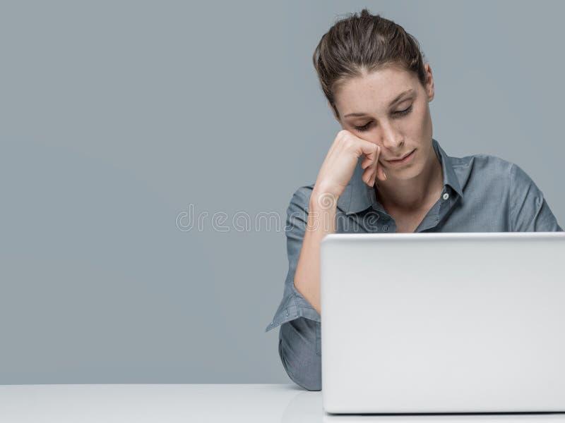 Mujer cansada que duerme en la oficina imagen de archivo libre de regalías