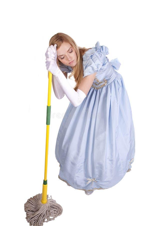 Mujer cansada que se inclina en la fregona fotografía de archivo