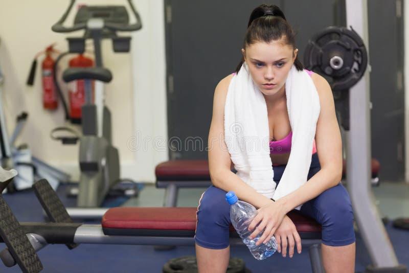 Mujer cansada y pensativa en gimnasio fotos de archivo libres de regalías