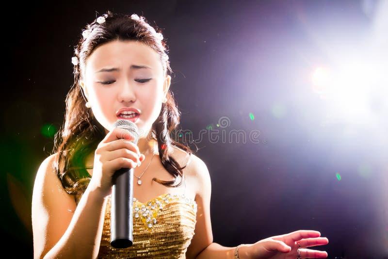 Mujer cantante de Asia fotos de archivo