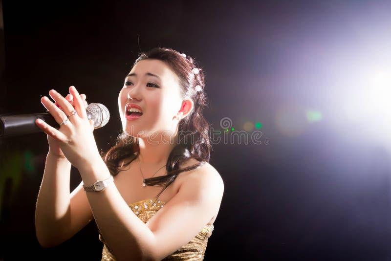 Mujer cantante de Asia imagenes de archivo