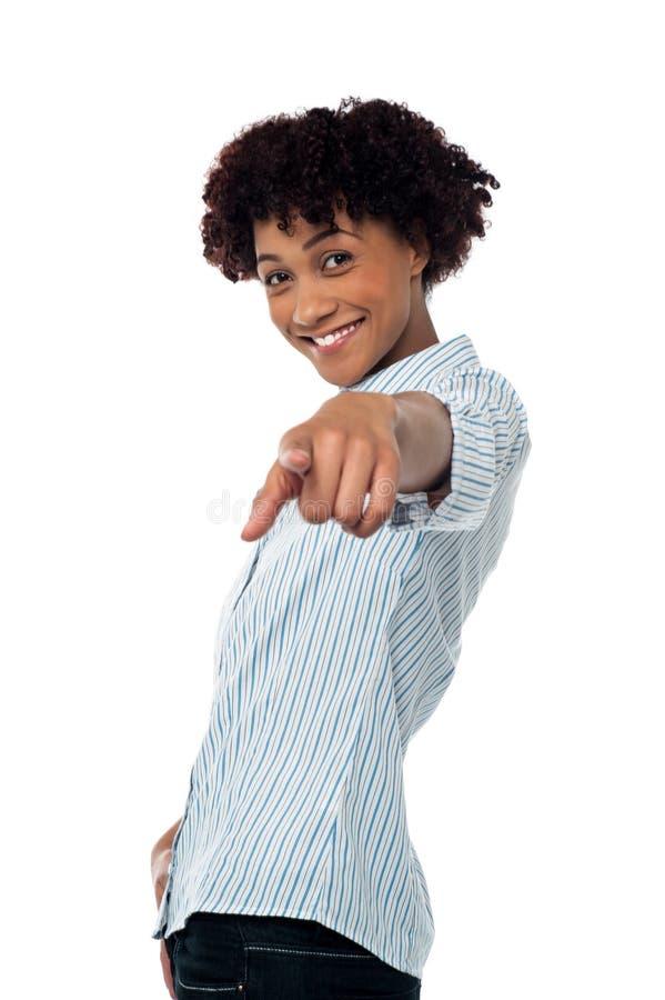 Mujer casual cabelluda rizada que señala hacia usted foto de archivo libre de regalías