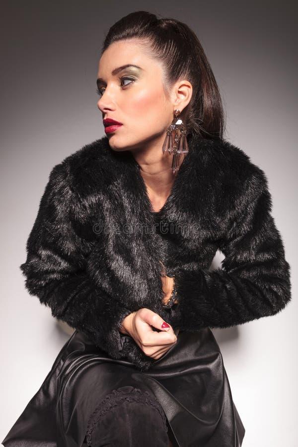 Mujer casual de la moda que cierra chaqueta de la piel imagenes de archivo