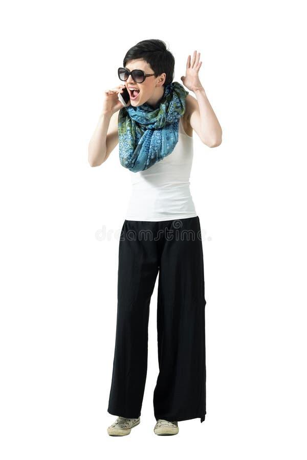 Mujer casual del trastorno enojado que grita en el teléfono móvil foto de archivo