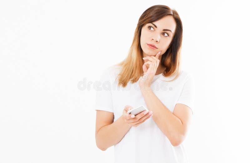 Mujer casual feliz hispánica caucásica que usa un teléfono elegante aislado en un fondo blanco imagenes de archivo