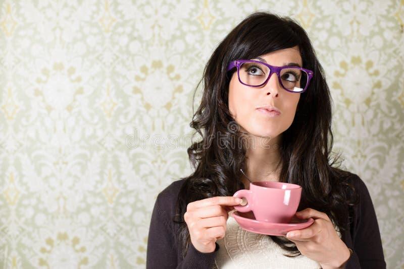Mujer que piensa con la taza del cofffe fotos de archivo