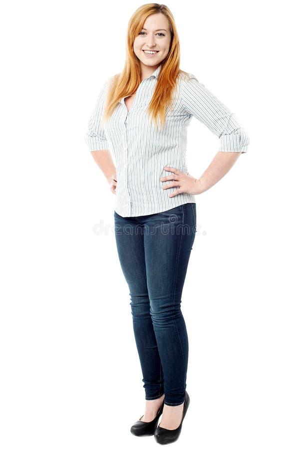 Mujer casual que presenta en estilo fotografía de archivo