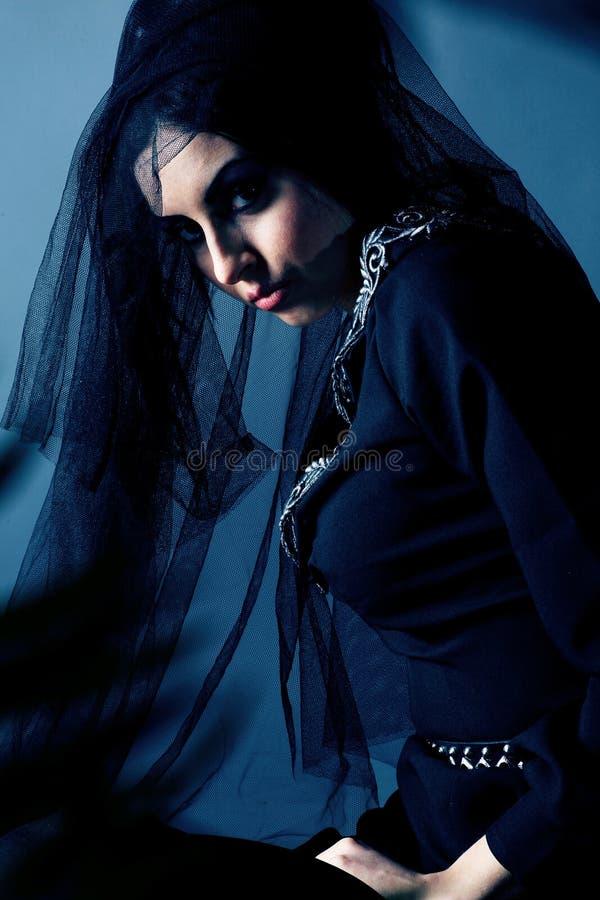 Mujer caucásica en una alineada negra elegante fotografía de archivo