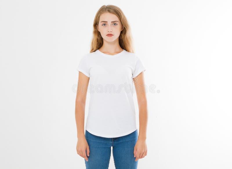 Mujer caucásica, europian joven, muchacha en camiseta blanca en blanco diseño de la camiseta y concepto de la gente Vista delante foto de archivo libre de regalías