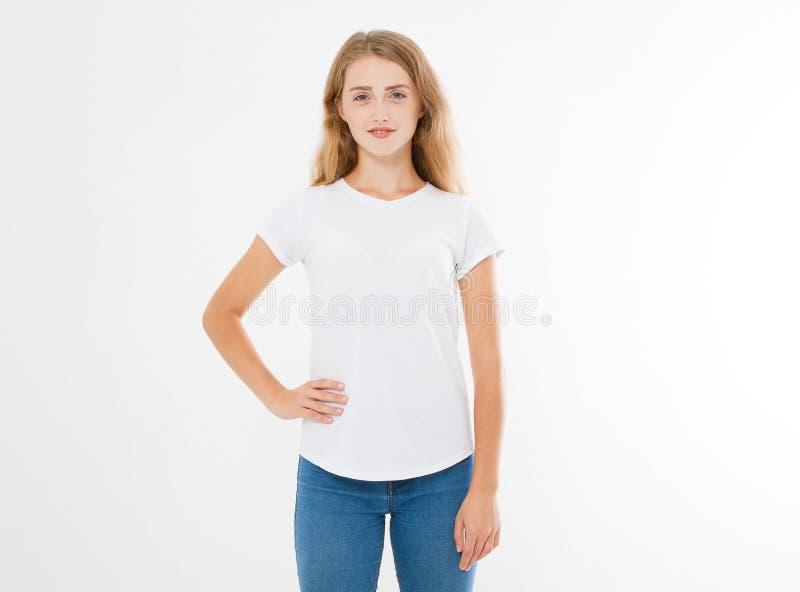 Mujer caucásica, europian joven, muchacha en camiseta blanca en blanco diseño de la camiseta y concepto de la gente Vista delante imágenes de archivo libres de regalías