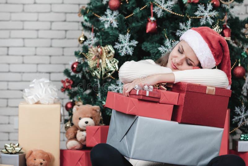 Mujer caucásica hermosa joven, en el sombrero rojo de santa, dormir y h foto de archivo libre de regalías