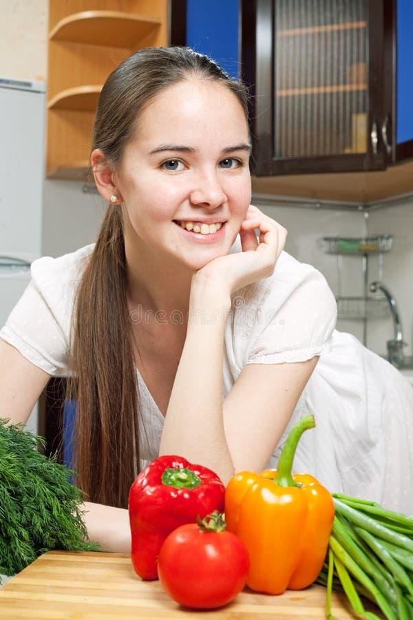 Mujer caucásica hermosa joven en la cocina fotos de archivo libres de regalías