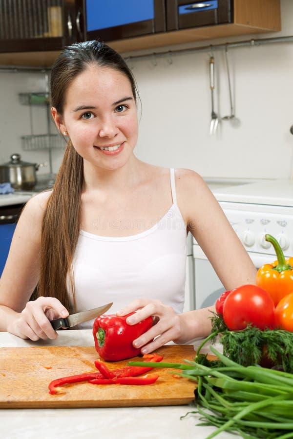 Mujer caucásica hermosa joven en la cocina foto de archivo