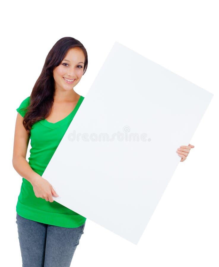 Mujer caucásica hermosa que lleva a cabo una muestra en blanco imágenes de archivo libres de regalías