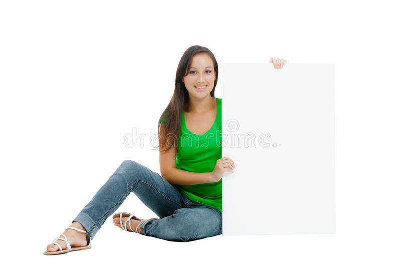 Mujer caucásica hermosa que lleva a cabo una muestra en blanco imagen de archivo
