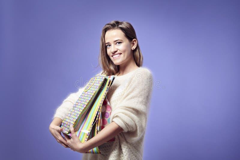 Mujer caucásica hermosa rubia feliz con la mujer caucásica hermosa del actual iBlonde de las bolsas de papel feliz con las actual imágenes de archivo libres de regalías