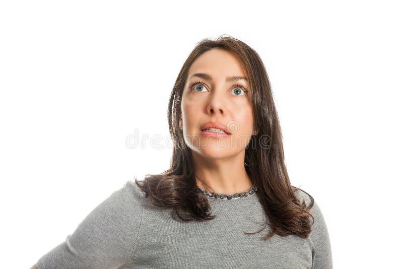 Mujer caucásica joven con la expresión del miedo, del choque o de la sorpresa aislada foto de archivo libre de regalías