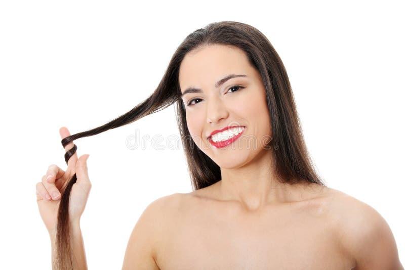 Mujer caucásica joven con los pelos largos foto de archivo
