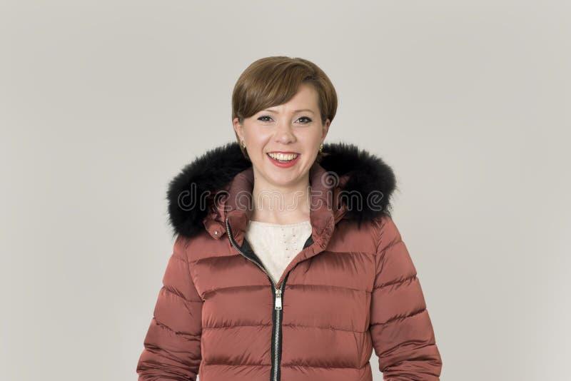 Mujer caucásica joven del pelo rojo atractivo y feliz en su 20s o fotos de archivo libres de regalías