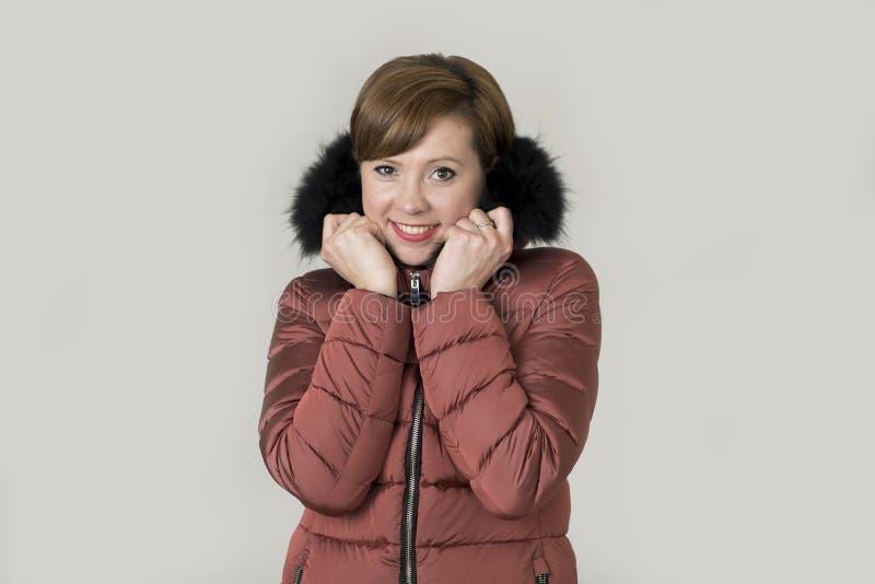 Mujer caucásica joven del pelo rojo atractivo y feliz en su 20s o fotografía de archivo