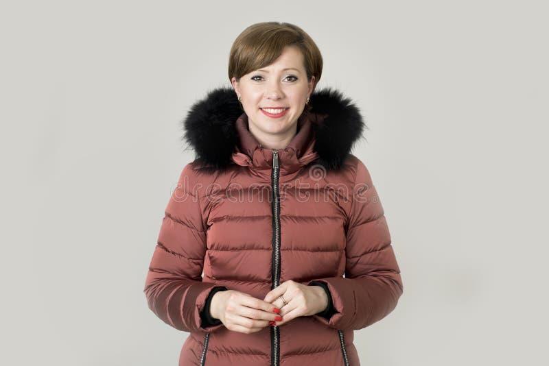 Mujer caucásica joven del pelo rojo atractivo y feliz en su 20s o fotografía de archivo libre de regalías