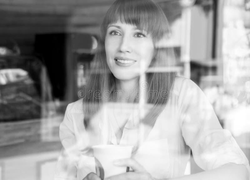 Mujer caucásica joven en café en la mañana del verano imágenes de archivo libres de regalías