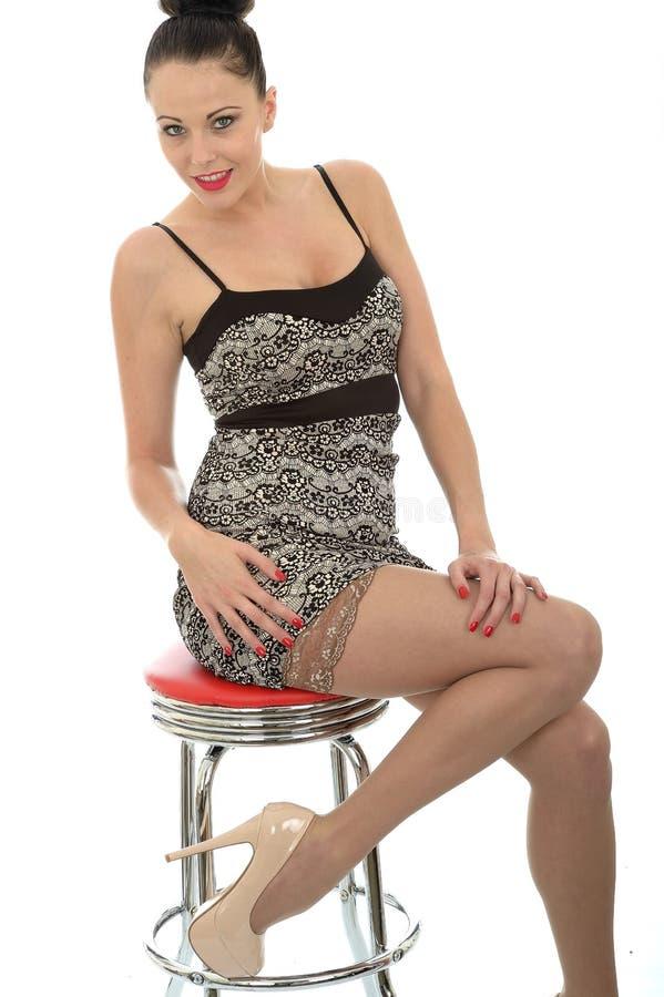 Mujer caucásica joven hermosa atractiva que se sienta en una barra Stoo imágenes de archivo libres de regalías