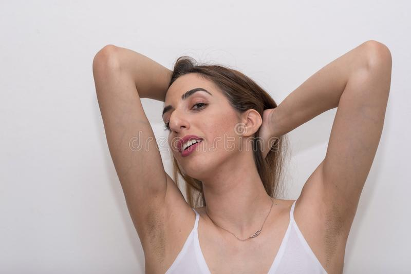 Mujer caucásica joven que presenta en humor atractivo imagen de archivo
