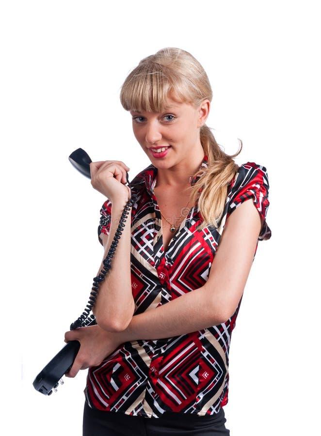 Mujer caucásica linda joven con el teléfono de la oficina imagenes de archivo