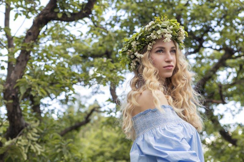 Mujer caucásica magnífica atractiva linda en vestido sensual en muchachas p fotos de archivo libres de regalías