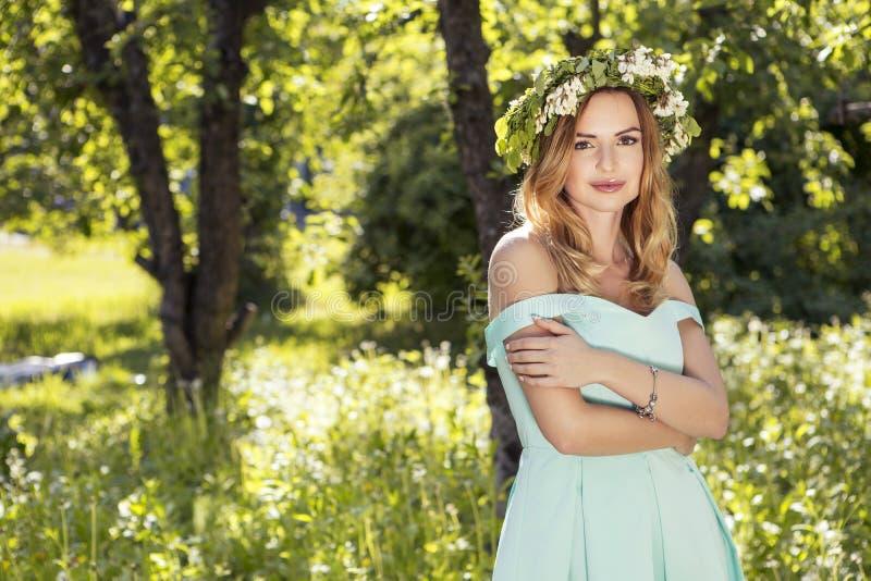 Mujer caucásica magnífica atractiva linda en vestido sensual en muchachas p fotografía de archivo