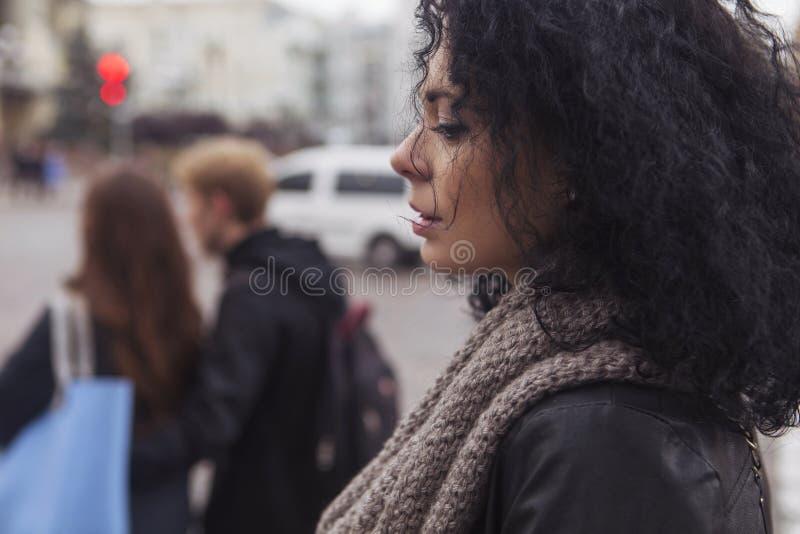 Mujer caucásica morena de Beautifil en la chaqueta de cuero y la bufanda w fotografía de archivo libre de regalías