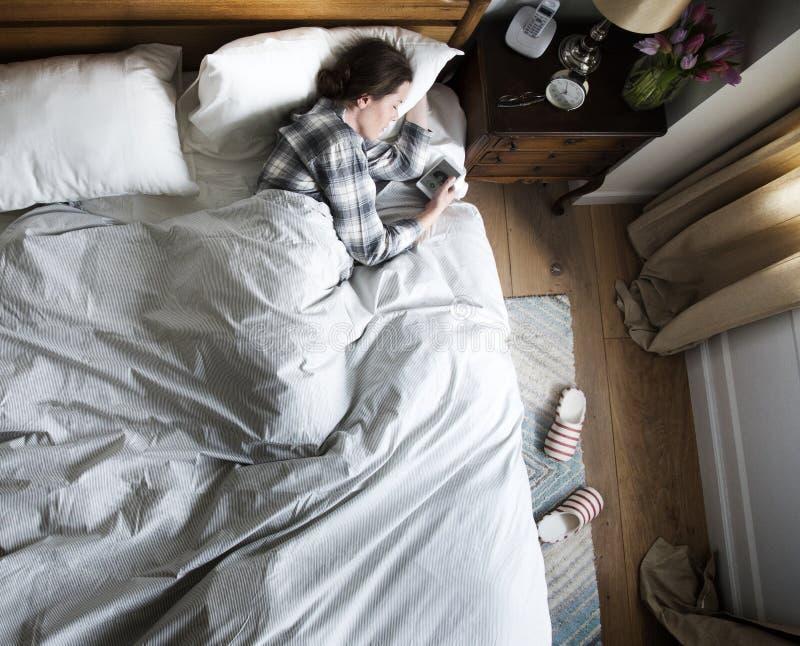 Mujer caucásica que duerme con música imagenes de archivo