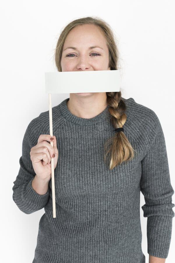 Mujer caucásica que sostiene la boca de la cubierta de la bandera fotos de archivo libres de regalías