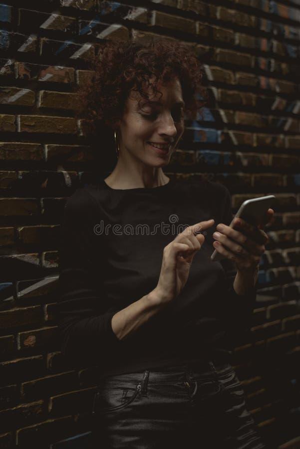 Mujer caucásica que usa el teléfono móvil fotos de archivo libres de regalías