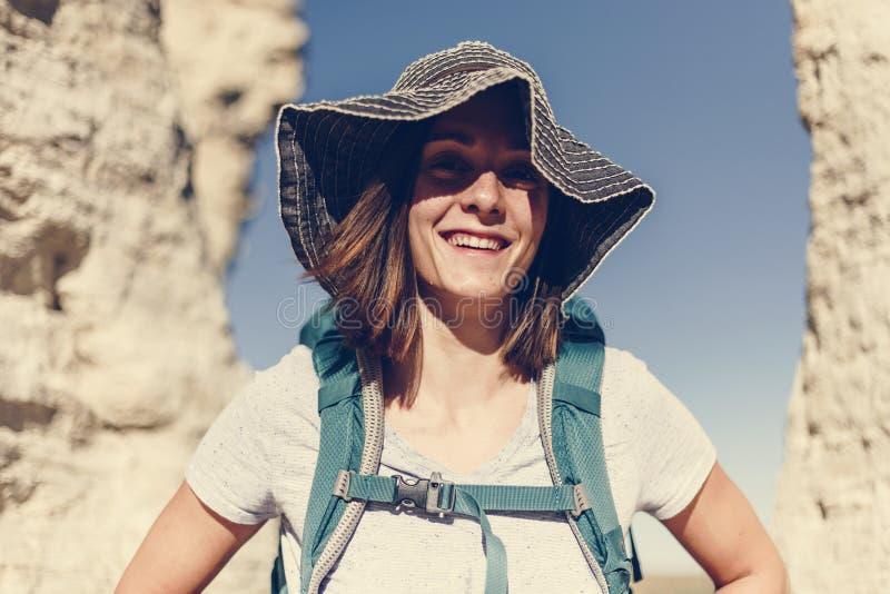 Mujer caucásica que viaja con la mochila imagenes de archivo