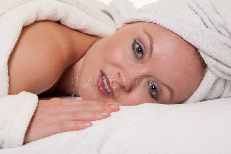 Mujer caucásica rubia hermosa en balneario foto de archivo