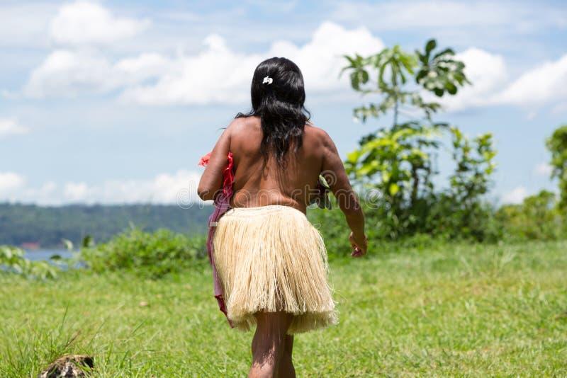 Mujer-cazador indio del Amazonas que camina en el campo cerca de Manaus, sujetador foto de archivo