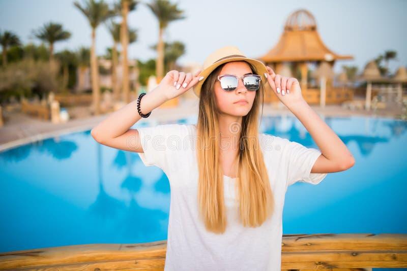Mujer cerca de la piscina en la vocación del verano imagen de archivo