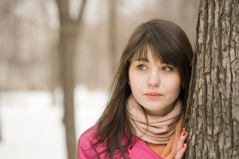 Mujer cerca del árbol fotos de archivo libres de regalías