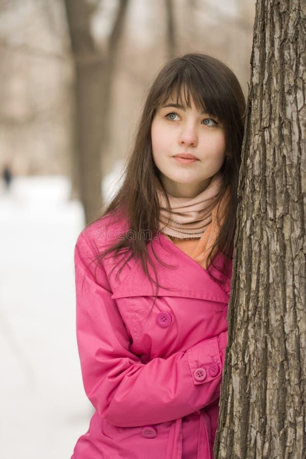 Mujer cerca del árbol imagen de archivo libre de regalías
