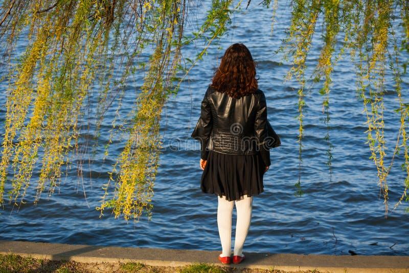 Mujer cerca del lago fotografía de archivo libre de regalías