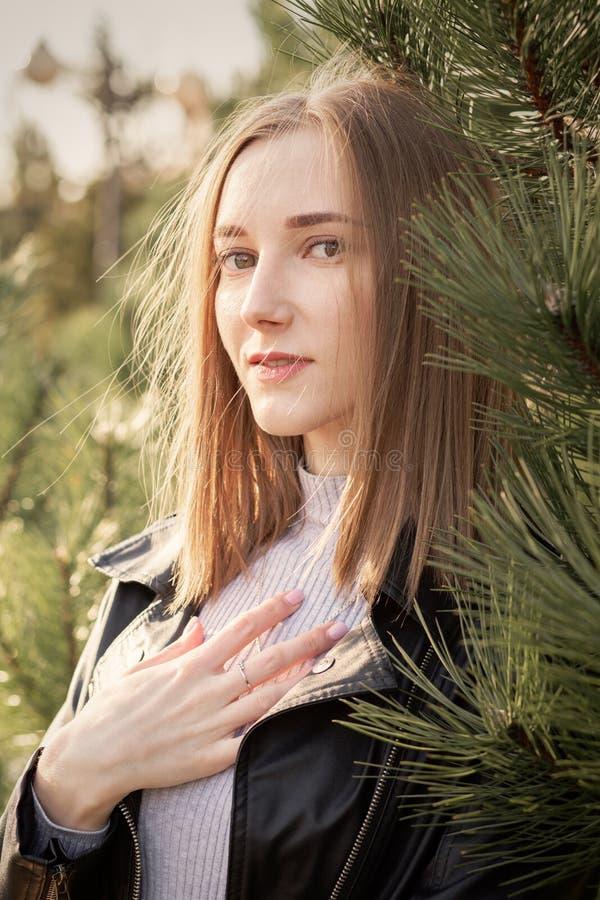 Mujer cerca del pino foto de archivo