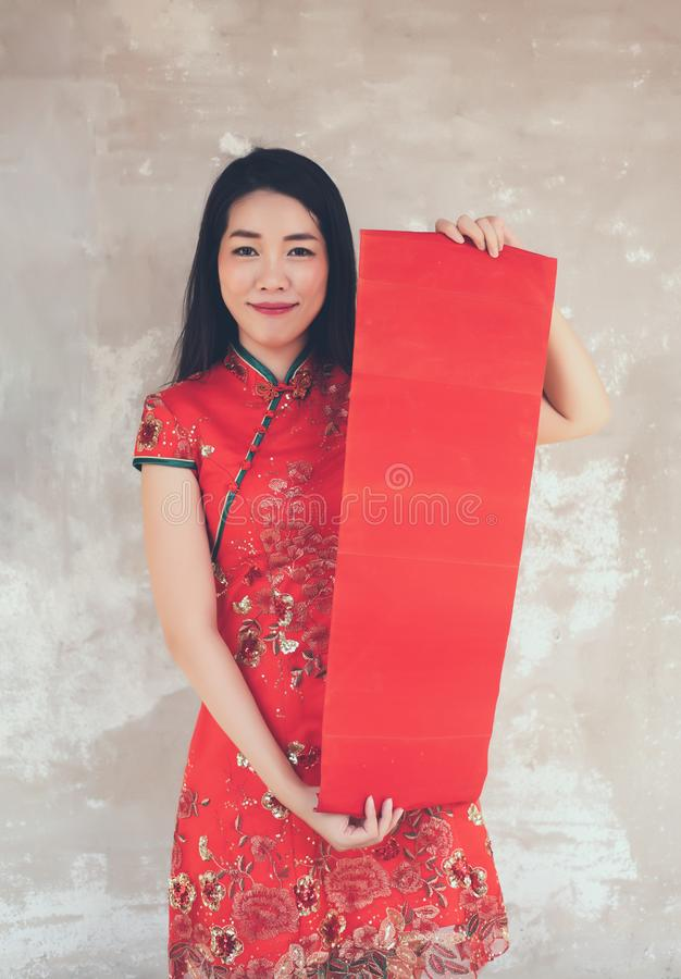 Mujer china asiática en el espacio rojo de la copia de la etiqueta del vestido de Cheongsam del espacio en blanco rojo tradiciona fotos de archivo libres de regalías