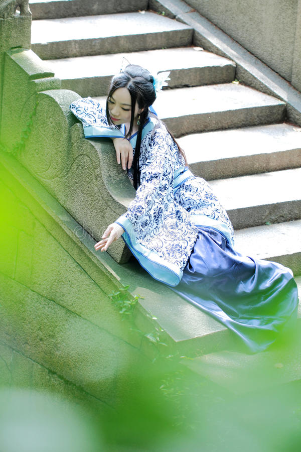 Mujer china asiática en el vestido azul y blanco tradicional de Hanfu, juego en un jardín famoso imagen de archivo