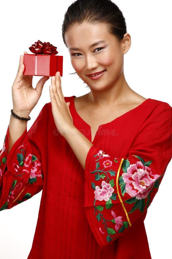 Mujer china asiática tradicional con un regalo en sus manos fotos de archivo libres de regalías