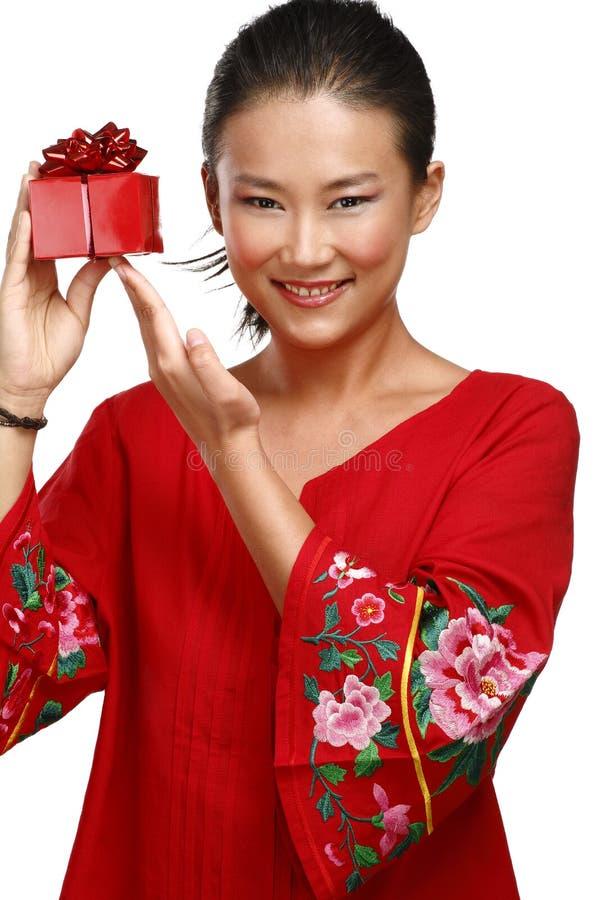 Mujer china asiática tradicional con un regalo en sus manos imagenes de archivo