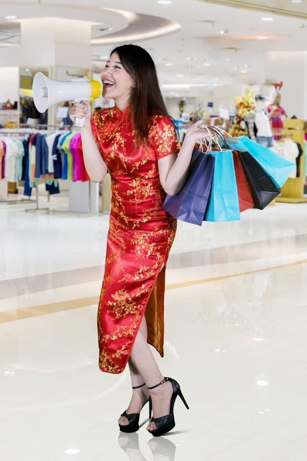 Mujer china con el megáfono en la alameda imagen de archivo