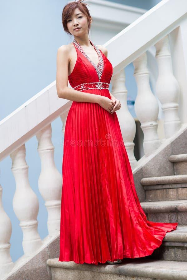Mujer china del encanto con el vestido largo rojo foto de archivo libre de regalías