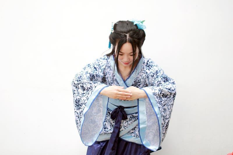 Mujer china en el vestido azul y blanco tradicional de Hanfu del estilo de la porcelana fotos de archivo libres de regalías